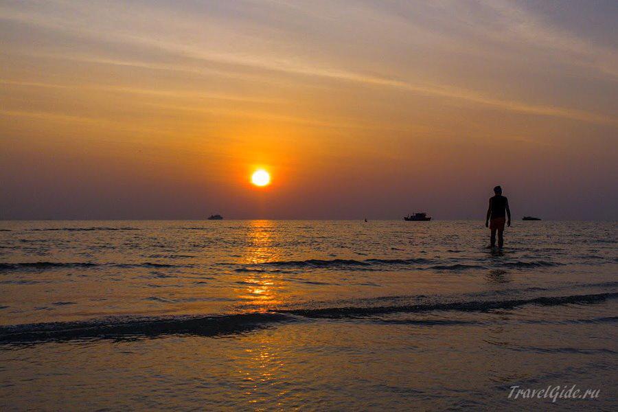 Солнце садится за море