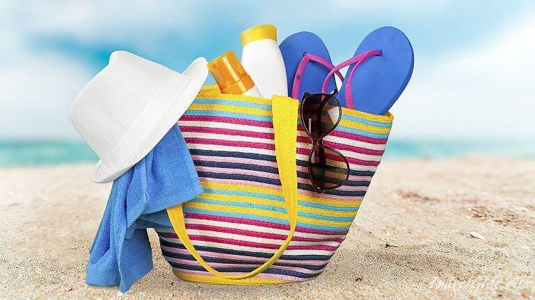 Пляжная сумка с вещами на море