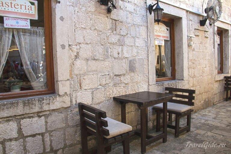 Столик на улице