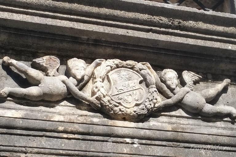 Барельеф на дворце Пима