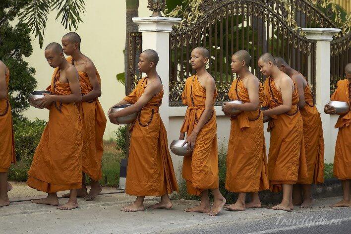 Молодые монахи буддисты