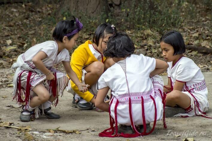 Девочки в Таиланде играют