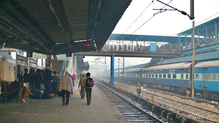 Перон на железнодорожном вокзале Дели