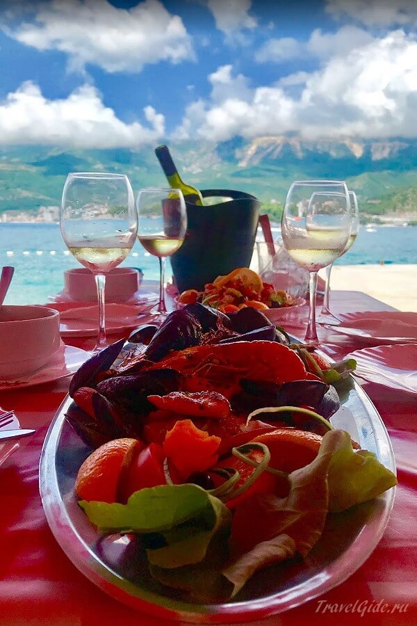 Вино и фрукты на столе