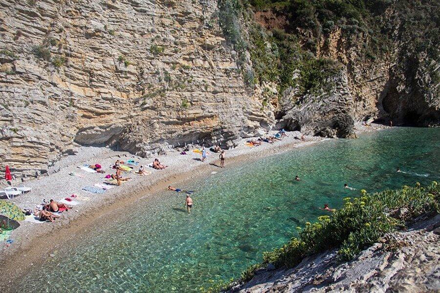 Пляж у скалы
