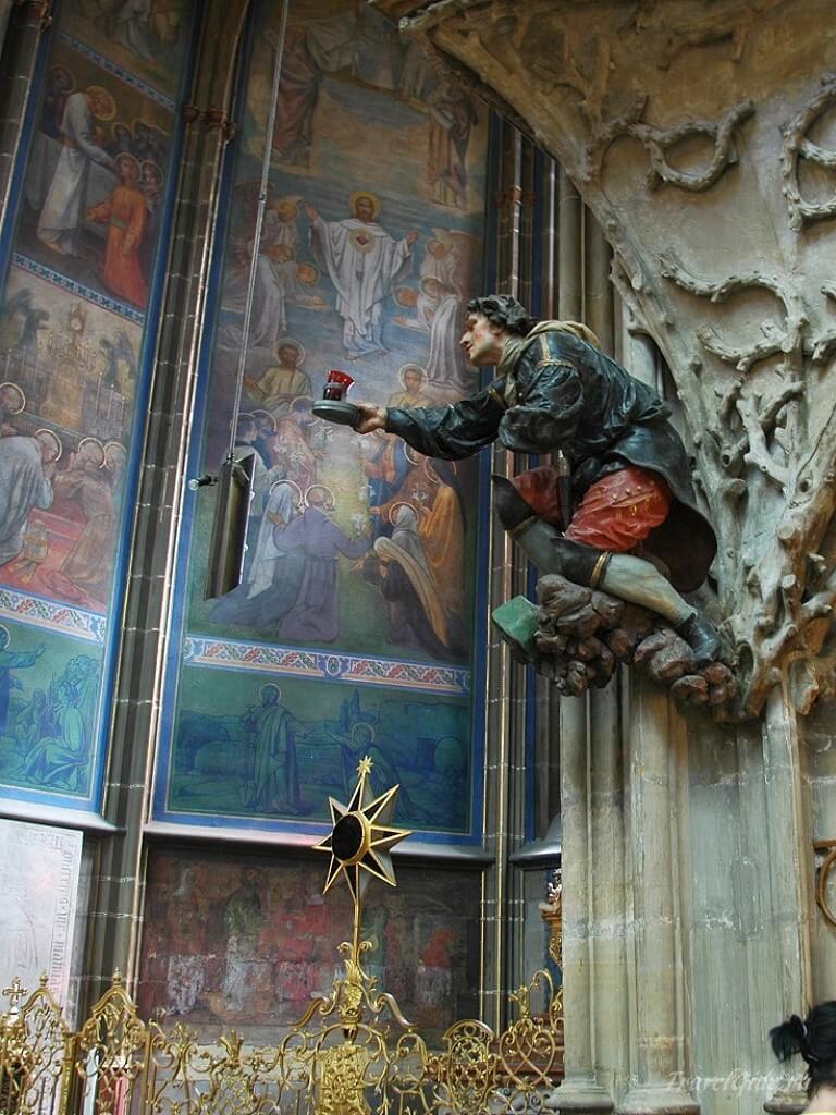 Скульптуры в соборе Вита