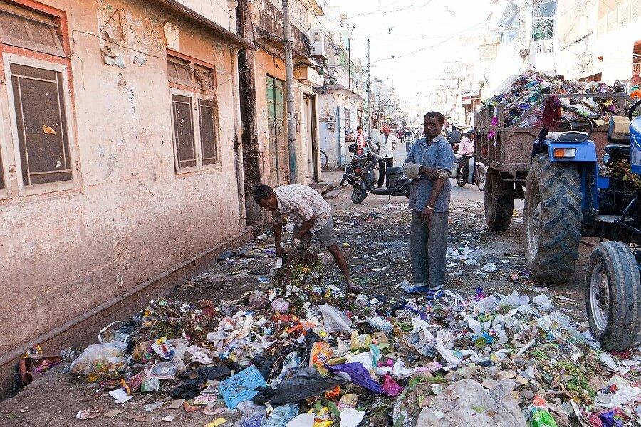 Уборка мусора индийцами