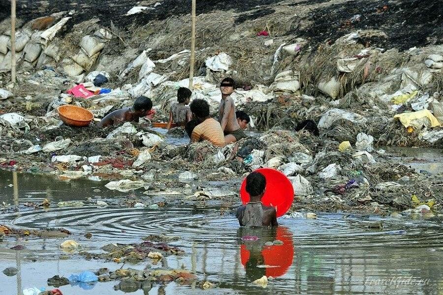 поиск украшений в реке Ганг