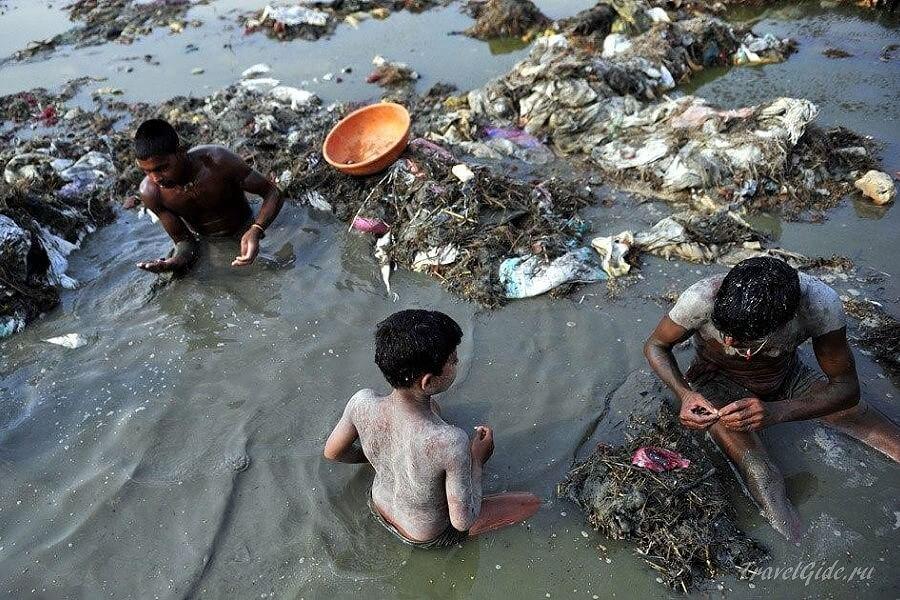 поиск украшений в реке Индии