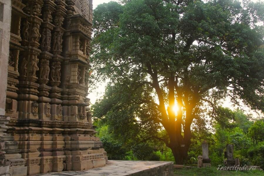 Рассвет у храма в Индии