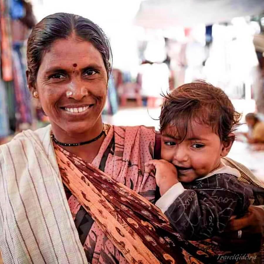 Женщина в Индии улыбается