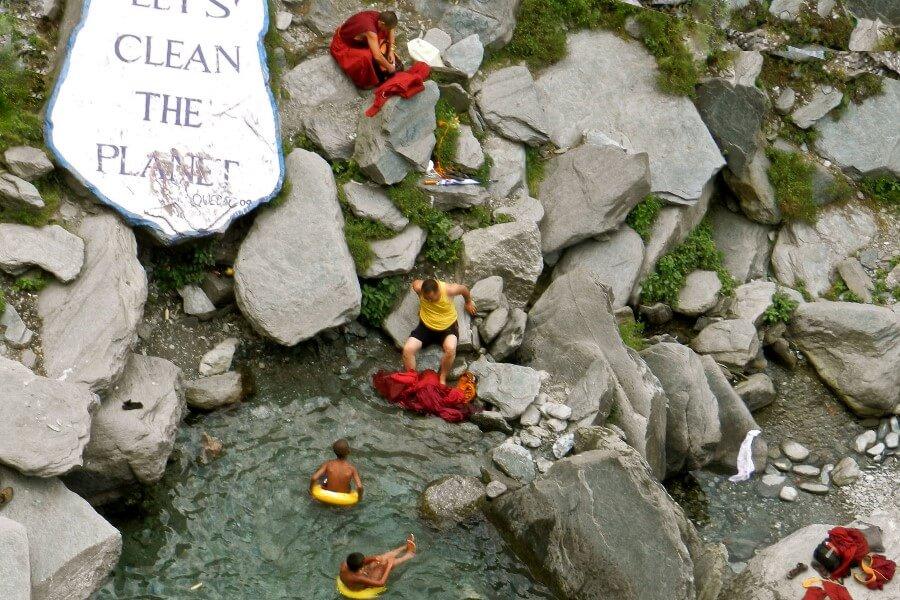 Монахи стирают одежду