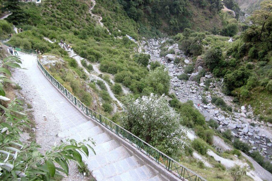 Дорога к водопаду Bhagsu Nag
