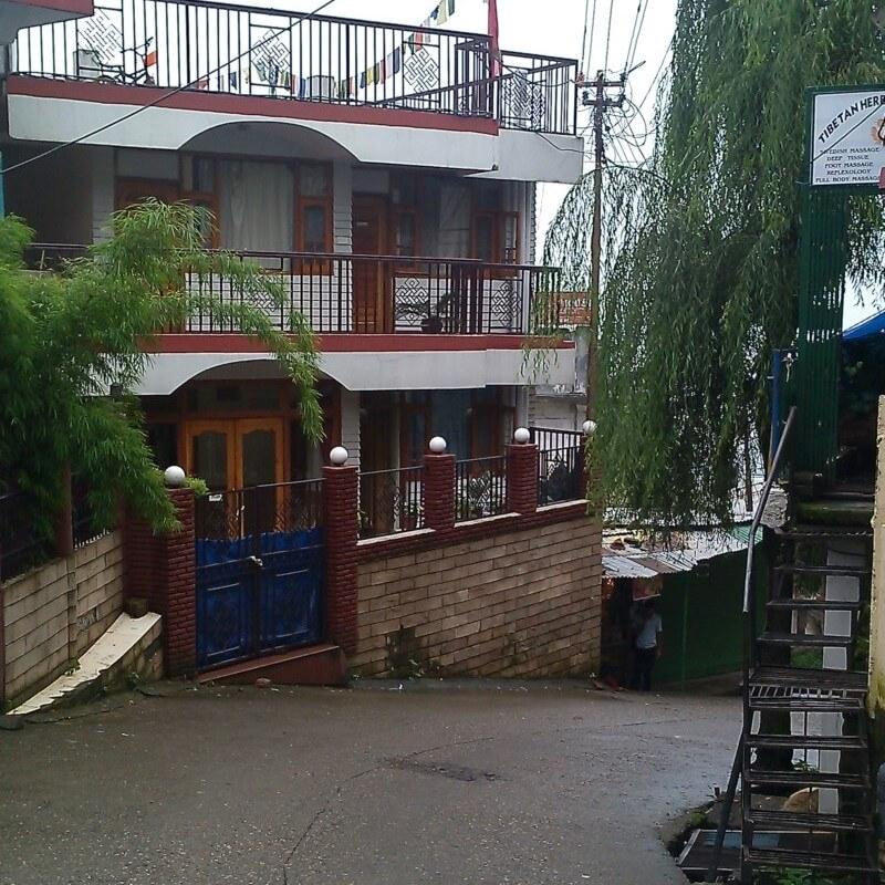 Спуск к отелю Avoca House