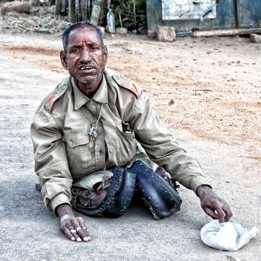 Мужчина без ног просит денег в Индии