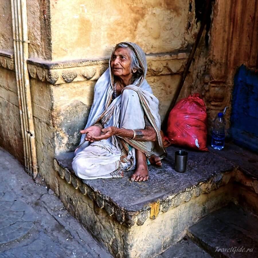 Старая спокойная нищенка
