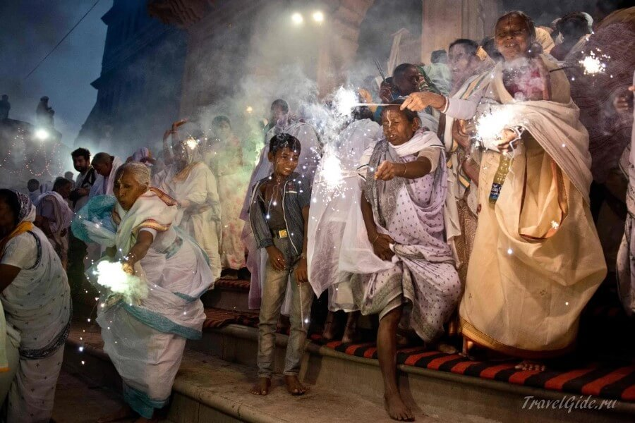 Праздник Дивали на улицах Дени