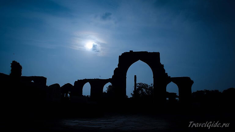 Qutub Minar ночью
