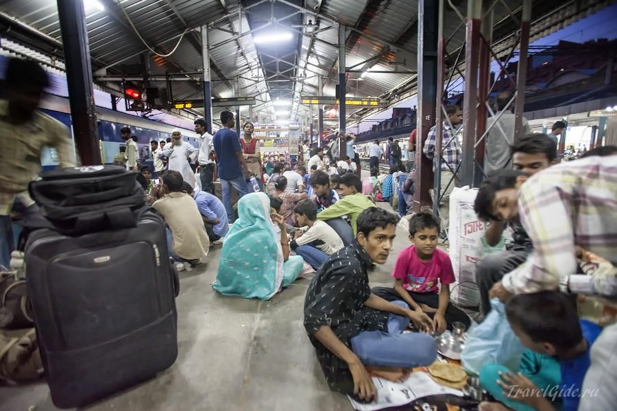 Индийцы обедают на полу вокзала