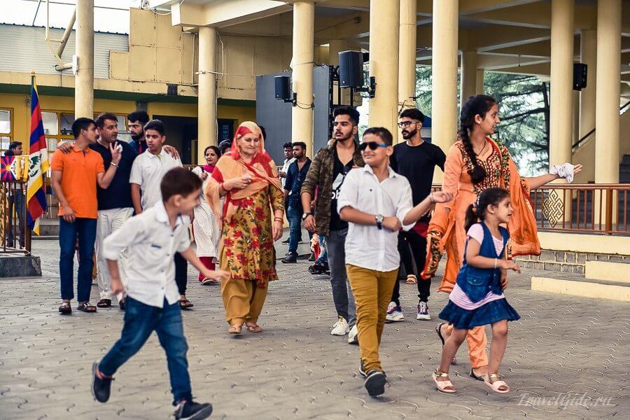 Люди на улице Дхарамсалы