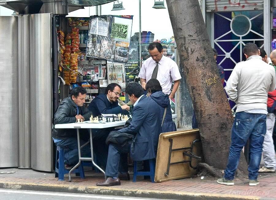 Мужчины играют в шахматы на улице