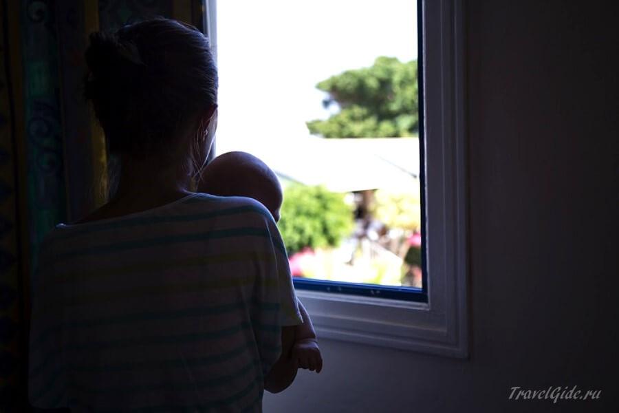 С ребёнком у окна