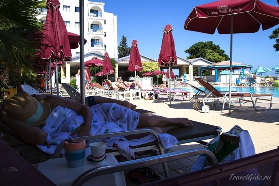 У бассейна в отеле