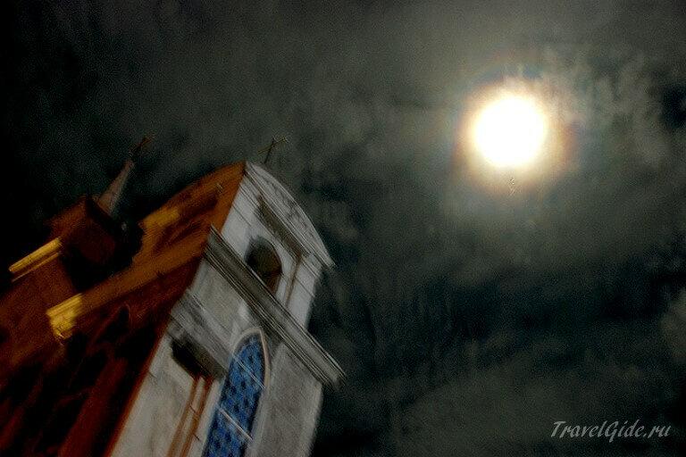 Храм и полная луна в Монадо © Travelgide.ru