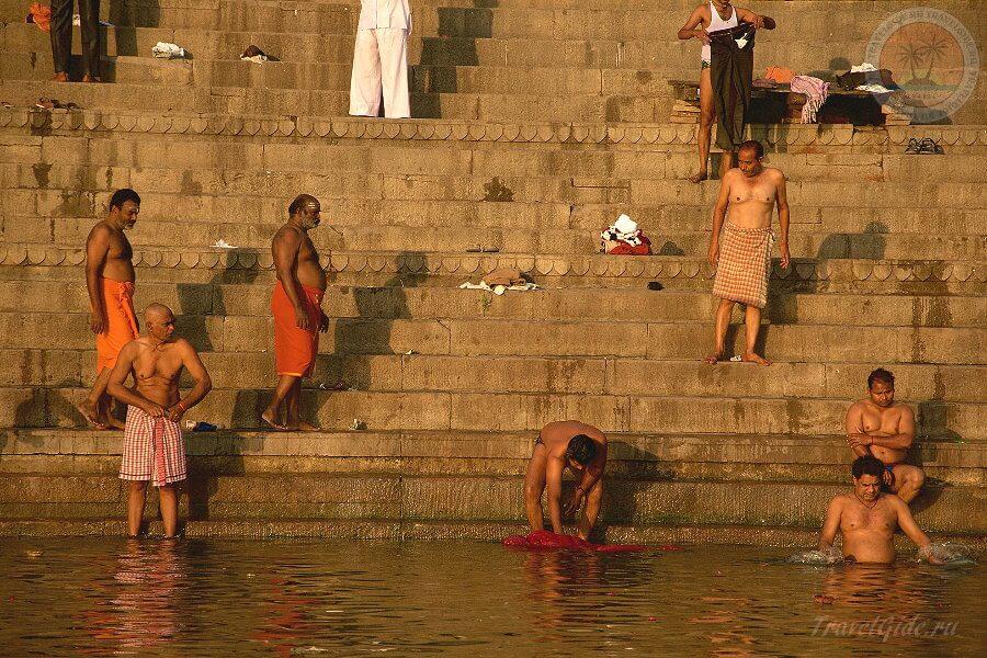 люди моются в Ганге