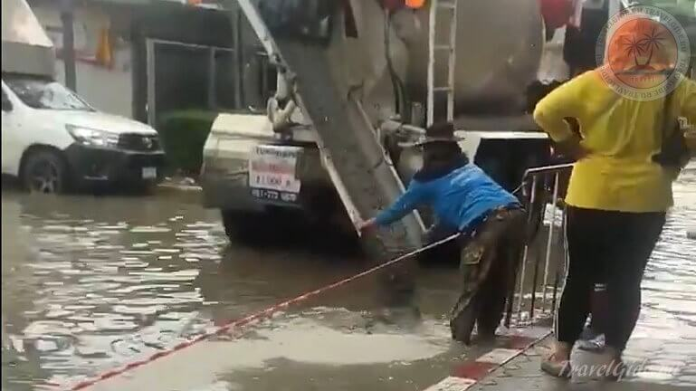 Ремонт дороги после дождя
