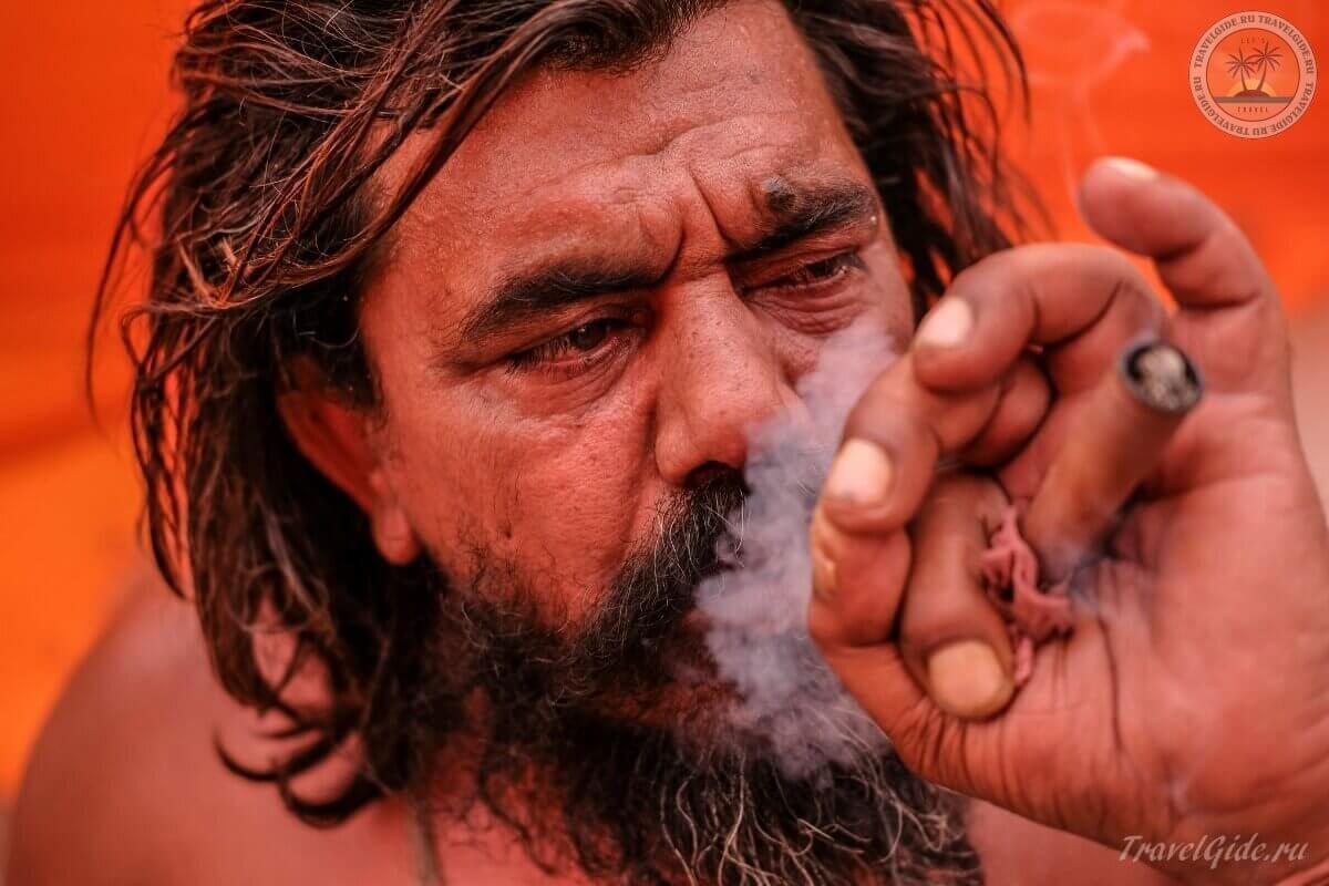 мужик курит траву