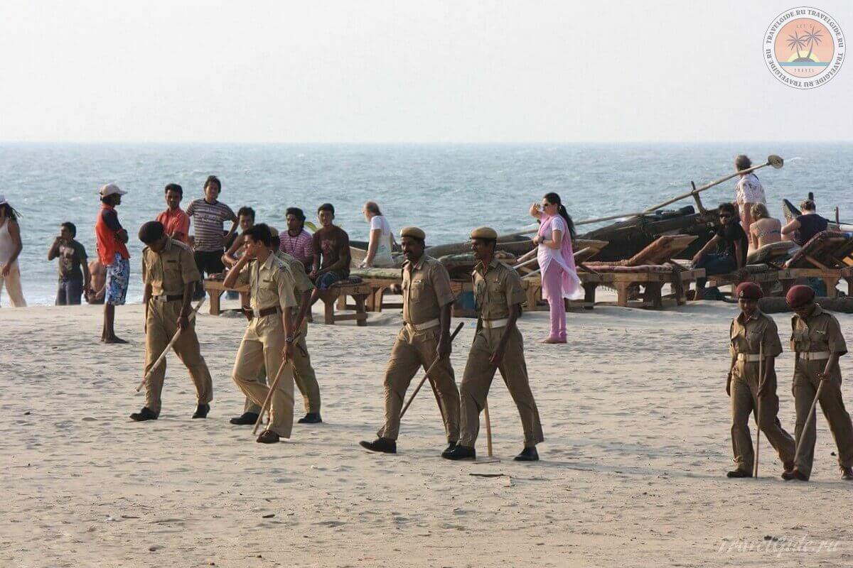 Пляж с полицейскими