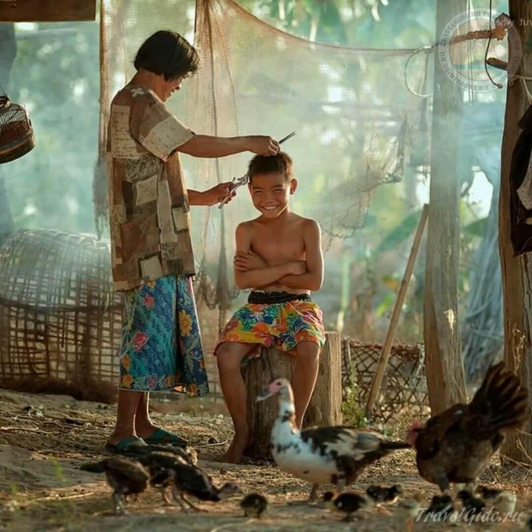 Мама подстригает сына