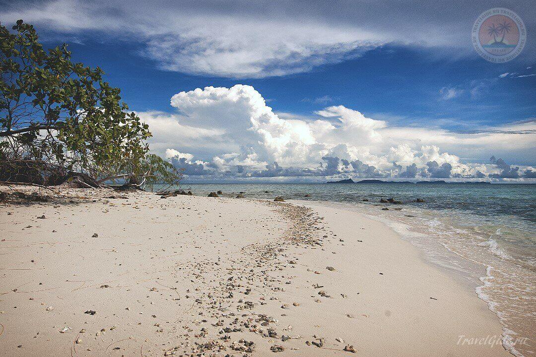 Тропический пляж на острове