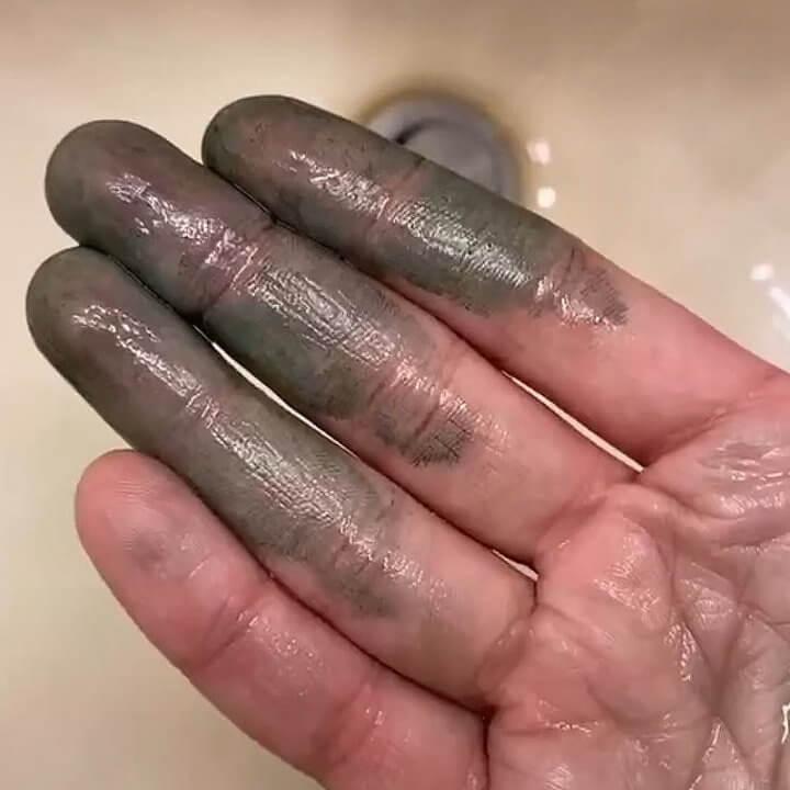 Маска их хлорофилла на пальцах